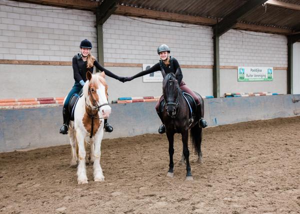 Twee meiden te paard